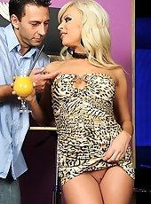 Very hot blonde babe enjoying a dpoble penetration